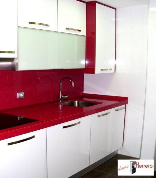pequeña cocina con mesada roja – Casa Web