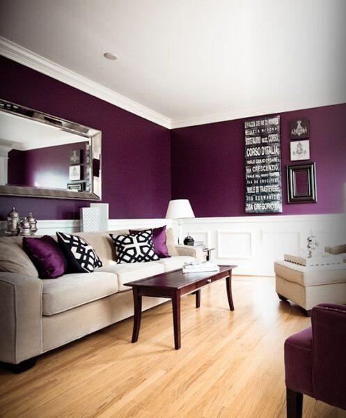 sala con paredes moradas