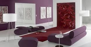 sala minimalista morada
