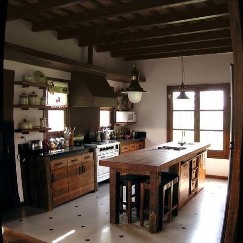cocina moderna industrial con muebles de algarrobo