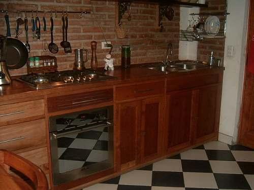 cocina moderna pequeña con mueble de algarrobo