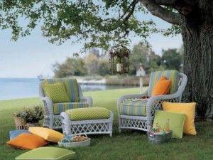 decorar el jardin con muebles coloridos