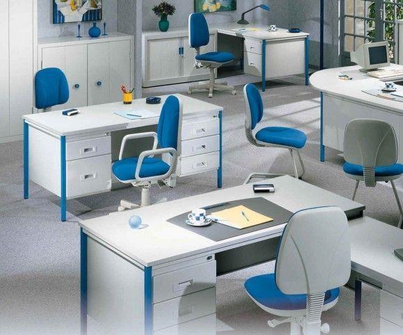 oficina con alfombra gris y muebles conbinados en blanco y azul