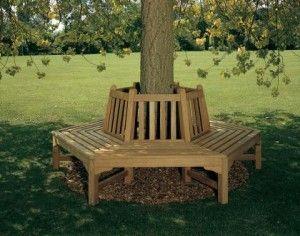 un mueble para disfrutar la sombra de un arbol
