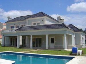 casa celeste con tejas azules