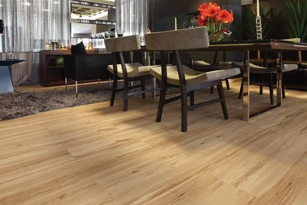 comedor moderno con piso laminado
