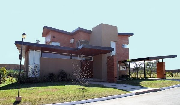 Exterior casa revestida en ladrillo convinada con marron for Casa muebles de exterior