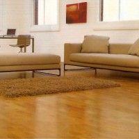 sala minimalista con piso laminado