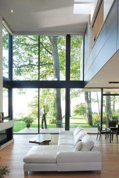 casa moderna con ventanales de hierro forjado