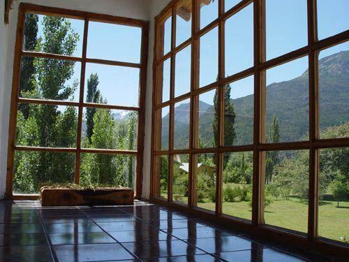ventanal moderno de madera