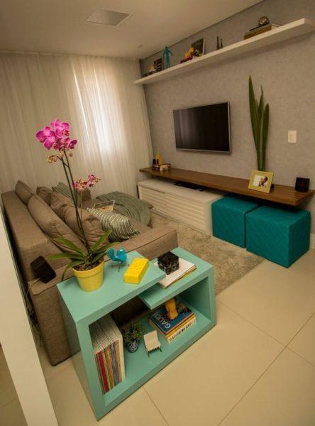sala de estar pequeña gris y turquesa