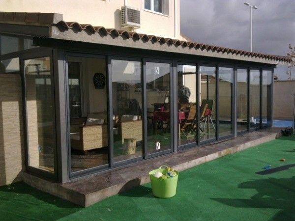 Galerias de casas modernas cerradas con ventanales de vidrios