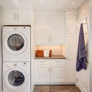 lavadero con armario con secadora y lavarropa