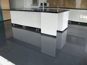 cocina con piso de porcelanato liquido