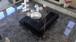 living con piso de porcelanato liquido