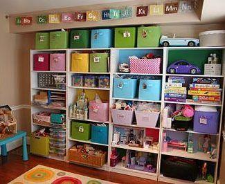 Muebles y cajones para organizar sala de juegos para niños