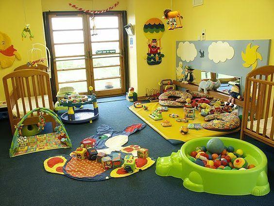 sala de juegos amarilla para niños