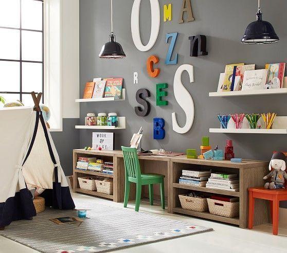 sala de juegos con biblioteca y escritorio