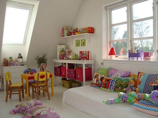 sala de juegos pequeña y colorida