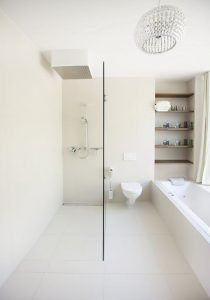 baño blanco monocromatico