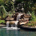 estanque grande natural con fuente de agua