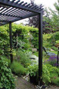 pergola de hierro en jardin moderno