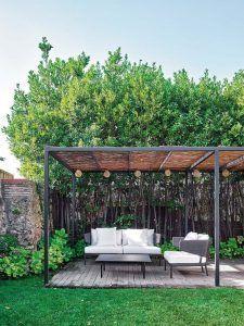 pergola de hierro y techo de madera