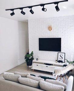 Sala de estar totalmente blanca con toques de negro