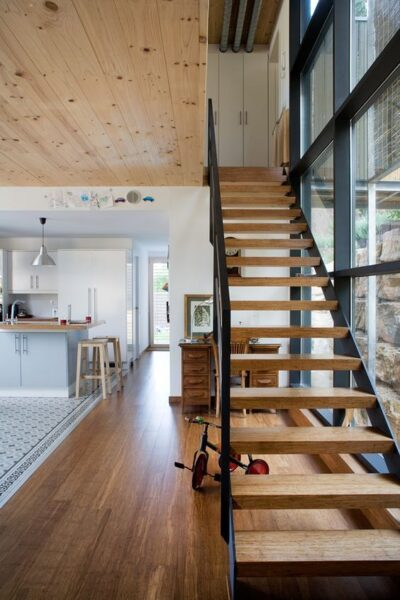 escalera recta de madera y hierro