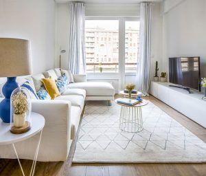 sala de estar pequeña blanca y turquesa