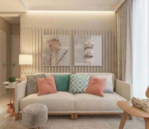 sala de estar peuqeña en tonso beige con detalles pasteles