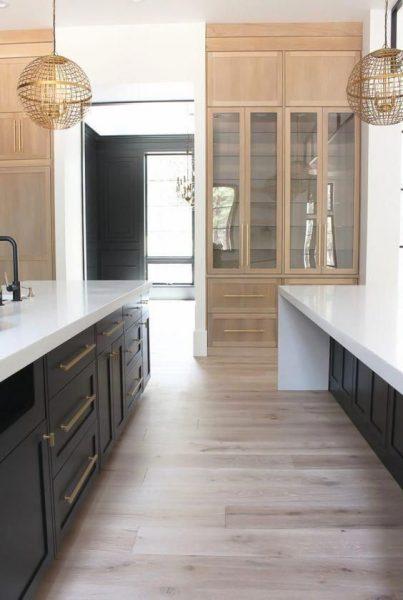 cocina con piso flotante claro