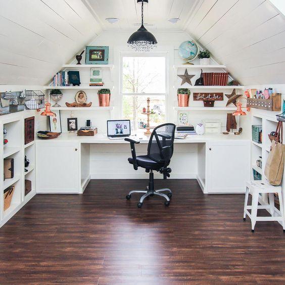 escritorio en el atico estilo rustico moderno
