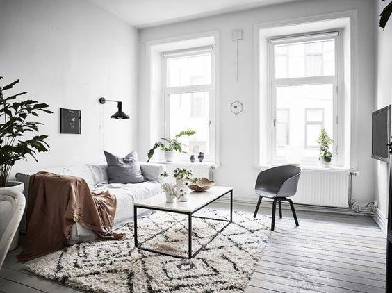 living pequeño escandinavo con piso flotante