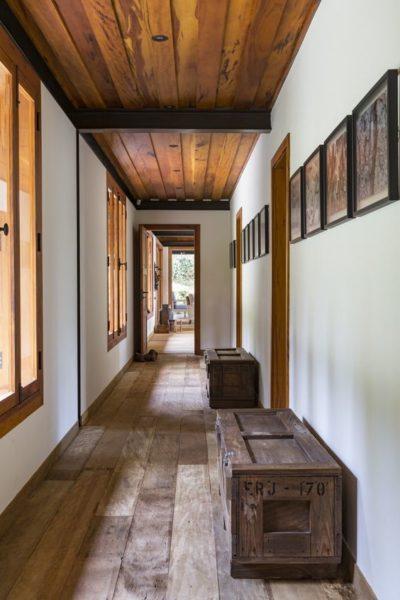 cielo razo de pasillo con madera maciza