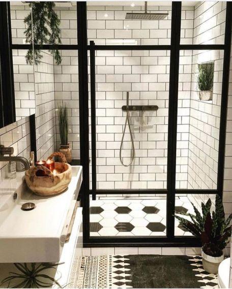 Baño con azulejo blanco y negro