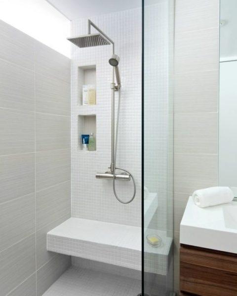 Baño con azulejos blancos de distintos tamaños
