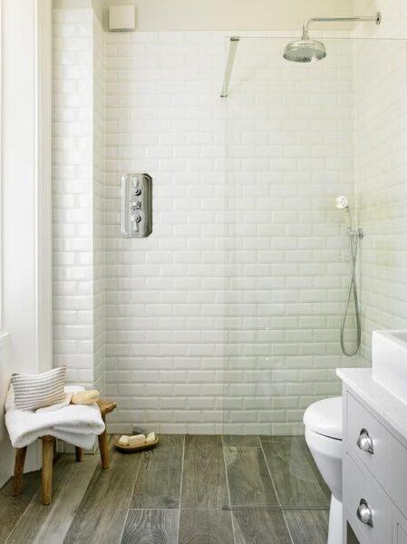 Baño con ceramicas rectangulares pequeñas