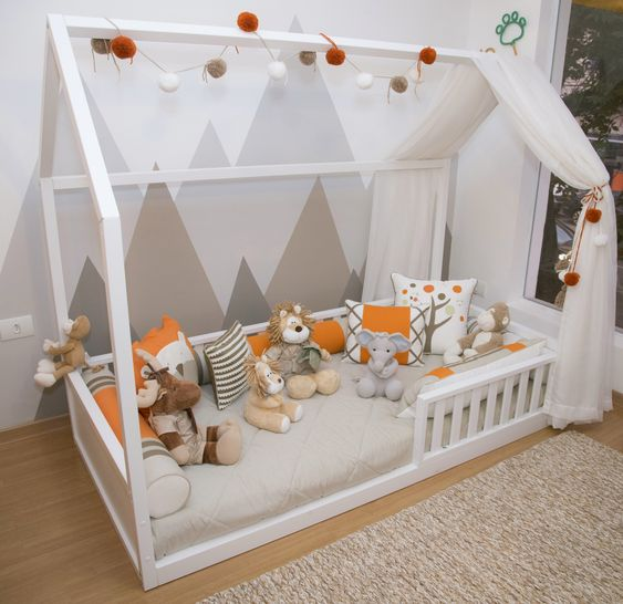 Cama estilo montessori para bebes con peluches de animales