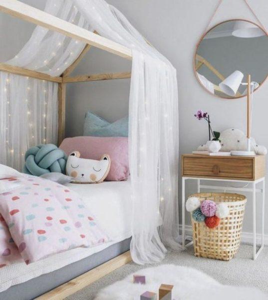 Cama estilo montessori para niñas con tul estilo casa