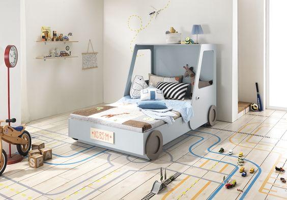 Cama estilo montessori para niños forma de auto