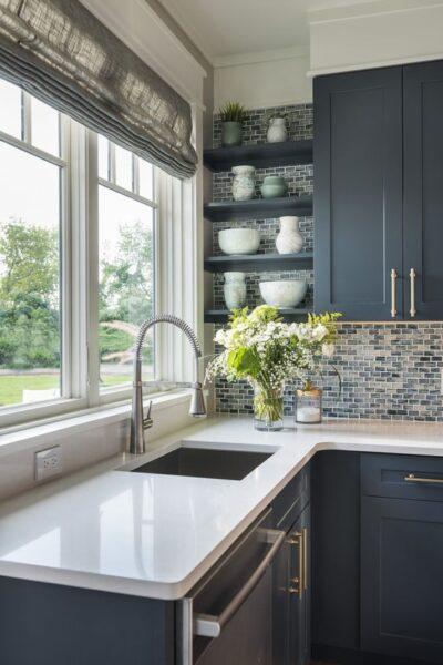 Cocina azul oscuro y blanco