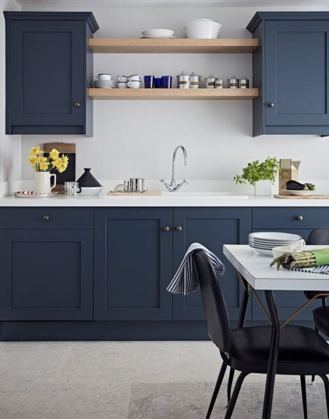 Cocina azul y blanco con detalles de madera