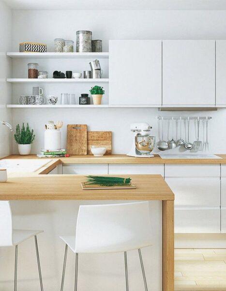 Cocina blanca con mesada de madera 1