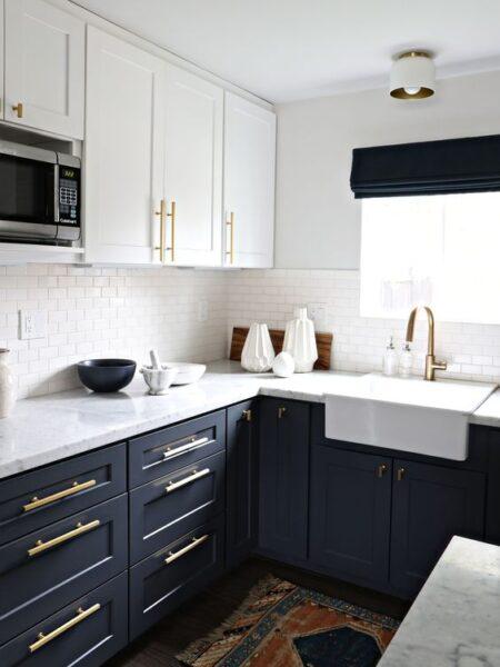 Cocina con muebles azules y blancos
