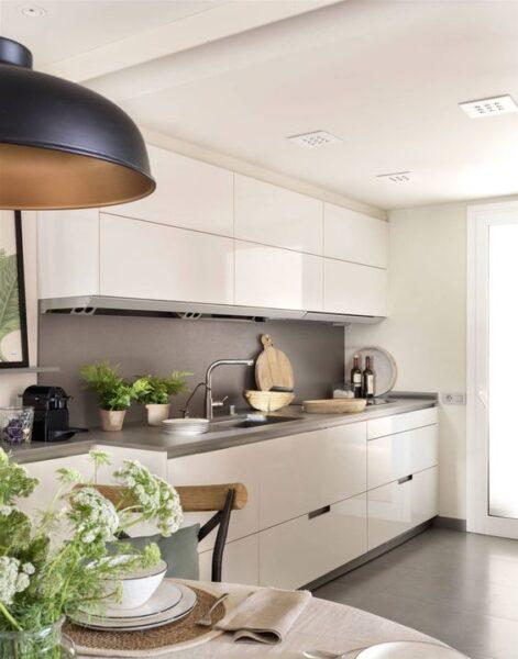 Cocina con muebles blancos y mesada gris 1