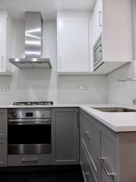 Cocina gris y blanca moderna