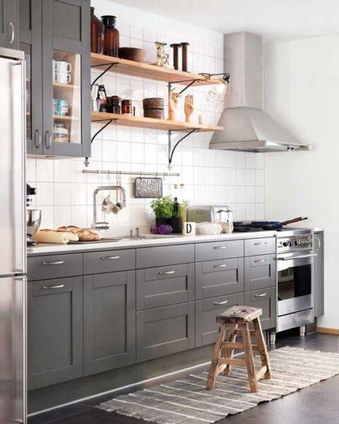 Cocina gris y bloanca con toques de madera