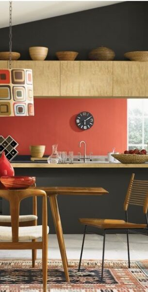 Cocina moderna pared roja mate y muebles grises