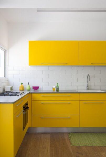 Cocina morna con muebles amarillos